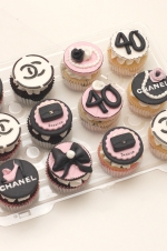 Chanel_pink_and_black_cupcakes
