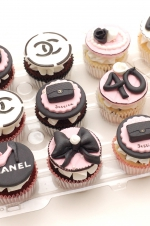 Chanel_pink_and_black_cupcakes_1