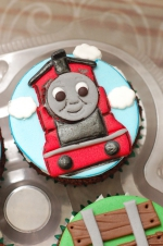 Thomas_the_train_cupcakes_1